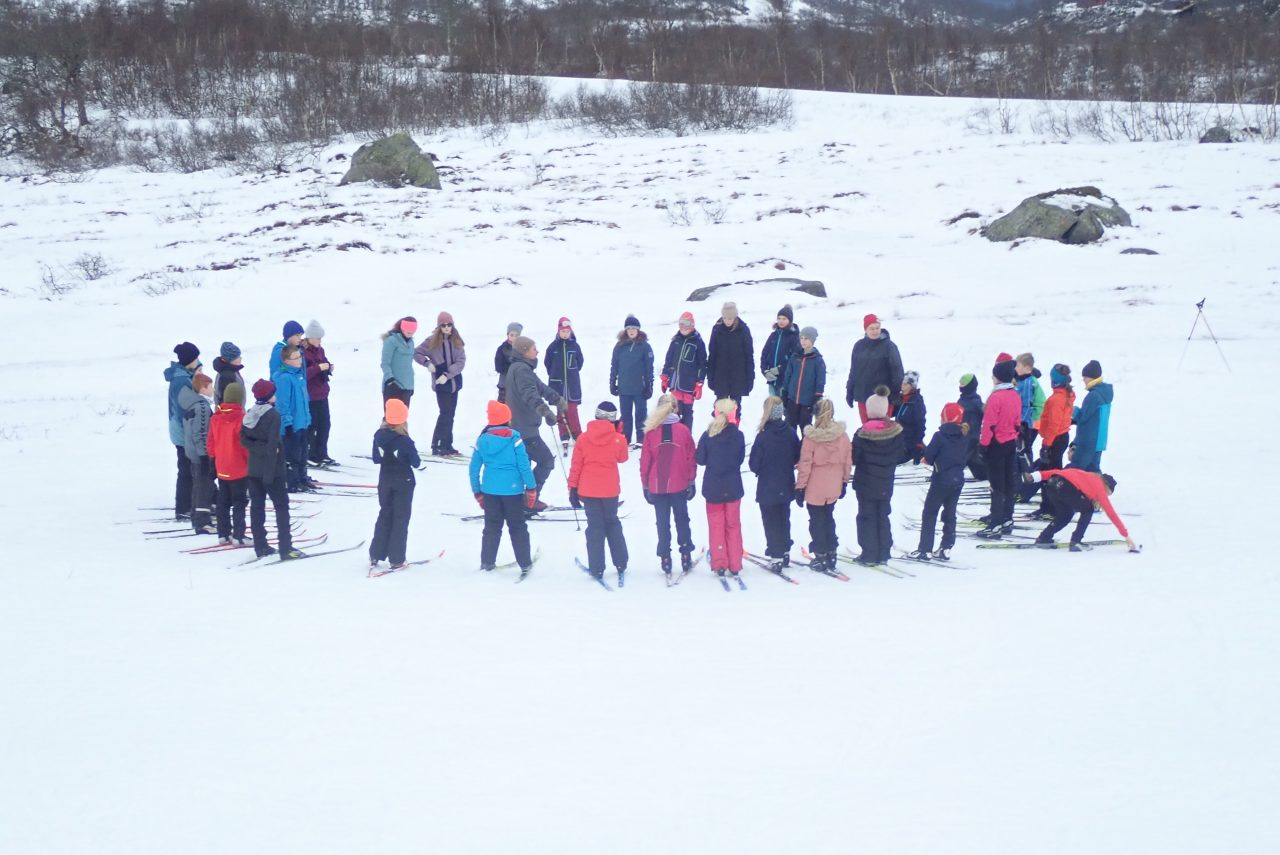 Sjetteklassingar frå Rosseland skule i ekte vestnorsk